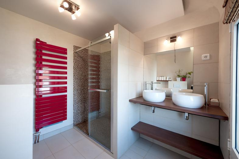 559795-salle-de-bain-moderne-salle-de-bain-avec – Habitat ...